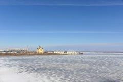 Nizhny Novgorod, Rusia - 14 de marzo 2017 La catedral de Alexander Nevsky y la construcción de un estadio de fútbol Fotografía de archivo libre de regalías