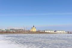 Nizhny Novgorod, Rusia - 14 de marzo 2017 La catedral de Alexander Nevsky y la construcción de un estadio de fútbol Foto de archivo libre de regalías