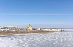 Nizhny Novgorod, Rusia - 14 de marzo 2017 La catedral de Alexander Nevsky y la construcción de un estadio de fútbol Fotos de archivo libres de regalías