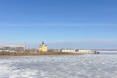 Nizhny Novgorod, Rusia - 14 de marzo 2017 La catedral de Alexander Nevsky y la construcción de un estadio de fútbol Foto de archivo
