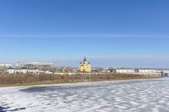 Nizhny Novgorod, Rusia - 14 de marzo 2017 La catedral de Alexander Nevsky y la construcción de un estadio de fútbol Imagen de archivo