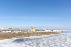 Nizhny Novgorod, Rusia - 14 de marzo 2017 La catedral de Alexander Nevsky y la construcción de un estadio de fútbol Fotos de archivo