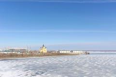 Nizhny Novgorod, Rusia - 14 de marzo 2017 La catedral de Alexander Nevsky y la construcción de un estadio de fútbol Fotografía de archivo