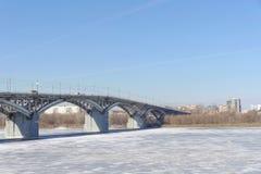 Nizhny Novgorod, Rusia - 14 de marzo 2017 Puente de Kanavinsky sobre el río de Oka Visión desde el alto lado del banco Fotografía de archivo libre de regalías