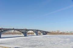 Nizhny Novgorod, Rusia - 14 de marzo 2017 Puente de Kanavinsky sobre el río de Oka Visión desde el alto lado del banco Foto de archivo libre de regalías