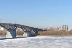 Nizhny Novgorod, Rusia - 14 de marzo 2017 Puente de Kanavinsky sobre el río de Oka Visión desde el alto lado del banco Fotografía de archivo