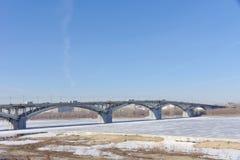 Nizhny Novgorod, Rusia - 14 de marzo 2017 Puente de Kanavinsky sobre el río de Oka Visión desde el alto lado del banco Imágenes de archivo libres de regalías