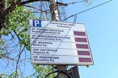 Nizhny Novgorod, Rusia - 19 de mayo 2016 Tablero de la información sobre la disponibilidad de los espacios de estacionamiento en  Fotografía de archivo libre de regalías