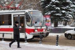 NIZHNY NOVGOROD, RUSIA - 7 DE NOVIEMBRE DE 2016: La tranvía 71-407 de la ciudad manufacturado por Uraltransmash fotos de archivo