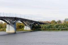 Nizhny Novgorod, Rusia - 30 de septiembre 2016 El puente a través del río de Oka Visión desde el punto más bajo en el centro Fotografía de archivo