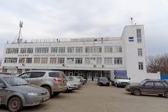Nizhny Novgorod, Rusland - 10 april 2016 De Machine van Nizhnynovgorod de Bouwinstallatie op de straat 50 jaar van Overwinning Stock Fotografie