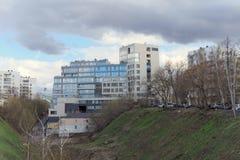 Nizhny Novgorod, Rusland - 22 april 2016 Nieuw flatgebouw op de straat Postafdaling Stock Foto