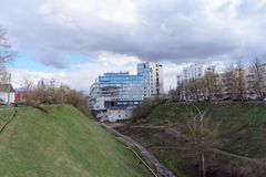 Nizhny Novgorod, Rusland - 22 april 2016 Nieuw flatgebouw op de straat Postafdaling Stock Foto's