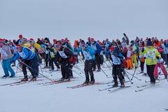 NIZHNY NOVGOROD, RUSLAND - FEBRUARI 11, 2017: Ski Competition Russia 2017 Blauw, raad die, pensionair, het inschepen, oefening, u stock foto