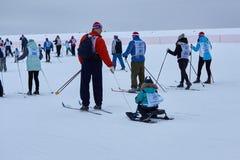 NIZHNY NOVGOROD, RUSLAND - FEBRUARI 11, 2017: Ski Competition Russia 2017 Blauw, raad die, pensionair, het inschepen, oefening, u royalty-vrije stock fotografie