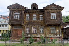 Nizhny Novgorod, Rusland - 14 juli 2016 Oud woon two-storey blokhuis op Slavyanskaya-Straat 4 Royalty-vrije Stock Fotografie