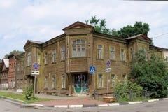 Nizhny Novgorod, Rusland - 14 juli 2016 Oud woon two-storey blokhuis op Slavyanskaya-Straat 4A Stock Afbeeldingen