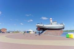 Nizhny Novgorod, Rusland - 15 juni 2018 De onlangs gebouwde Nizhnevolzhskaya-Dijk op de banken van de Volga Rivier stock foto
