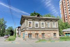 Nizhny Novgorod, Rusland - 30 juni 2016 Dubbel dekhuis op de straat Nizhegorodskaya Stock Foto's
