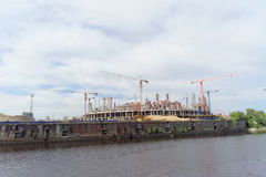 Nizhny Novgorod, Rusland - 2 juni 2016 Mening van de Volga Rivier bij de heel wat bouw van voetbalstadion voor Wereldbeker i Stock Foto