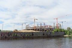 Nizhny Novgorod, Rusland - 2 juni 2016 Mening van de Volga Rivier bij de heel wat bouw van voetbalstadion voor Wereldbeker i Royalty-vrije Stock Afbeeldingen