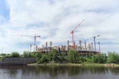 Nizhny Novgorod, Rusland - 2 juni 2016 Mening van de Volga Rivier bij de heel wat bouw van voetbalstadion voor Wereldbeker i Royalty-vrije Stock Foto's