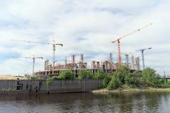 Nizhny Novgorod, Rusland - 2 juni 2016 Mening van de Volga Rivier bij de heel wat bouw van voetbalstadion voor Wereldbeker i Stock Afbeelding