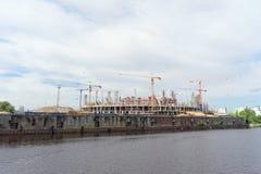 Nizhny Novgorod, Rusland - 2 juni 2016 Mening van de Volga Rivier bij de heel wat bouw van voetbalstadion voor Wereldbeker i Stock Foto's