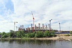 Nizhny Novgorod, Rusland - 2 juni 2016 Mening van de Volga Rivier bij de heel wat bouw van voetbalstadion voor Wereldbeker i Royalty-vrije Stock Foto