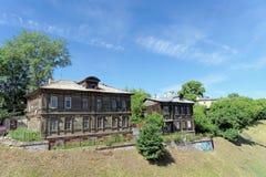Nizhny Novgorod, Rusland - 30 juni 2016 Oude woningbouw op Grebeshkovsky-steile helling 11 Dilapidated houten Royalty-vrije Stock Foto's