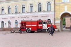 Nizhny Novgorod, Rusland - 15 juni 2016 Vele auto's van het Ministerie van Noodsituatiesituaties kwamen bij de vraag aan Stock Afbeelding