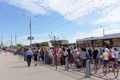 Nizhny Novgorod, Rusland - 24 juni 2016 Zich verzamelt kinderen naar de rest kamperen de te sturen op het Vierkant van Lenin Royalty-vrije Stock Fotografie
