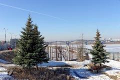 Nizhny Novgorod, Rusland - 14 maart 2017 De verlaten wederopbouw van de Nizhnevolzhskaya-Dijk wordt definitief reanimeerd Royalty-vrije Stock Foto's