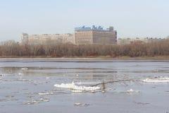 Nizhny Novgorod, Rusland - 24 maart 2017 Mening van Marins-Parkhotel van de overkant van Oka De overblijfselen van ijsijsschollen royalty-vrije stock foto