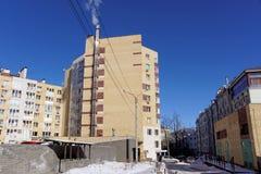 Nizhny Novgorod, Rusland - 18 maart 2016 Modern baksteenflatgebouw met meerdere verdiepingen met zijn eigen boiler I Royalty-vrije Stock Foto's