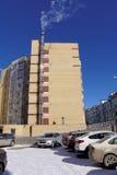 Nizhny Novgorod, Rusland - 18 maart 2016 Modern baksteenflatgebouw met meerdere verdiepingen met zijn eigen boiler I Stock Foto