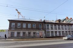Nizhny Novgorod, Rusland - 11 maart 2017 Oud woonsteen en blokhuis op Ilinskaya-straat 85 en 83 Royalty-vrije Stock Foto's
