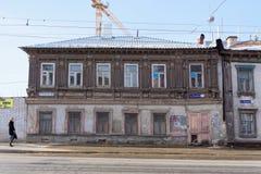 Nizhny Novgorod, Rusland - 11 maart 2017 Oud woonsteen en blokhuis op Ilinskaya-straat 87 Stock Foto's
