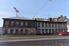 Nizhny Novgorod, Rusland - 11 maart 2017 Oud woonsteen en blokhuis op Ilinskaya-straat 87 Stock Afbeelding