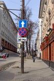 Nizhny Novgorod, Rusland - 25 maart 2016 Verkeersteken Ophouden die slepen en unidirectionele weg werken Stock Foto's
