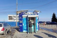 Nizhny Novgorod, Rusland - 14 maart 2017 Verkopende tabaksproducten van een de kleine opslagbox en verwante producten Stock Fotografie