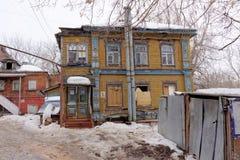 Nizhny Novgorod, Rusland - 24 maart 2017 Woon houten two-storey huis op de straat Gruzinskaya 3B Stock Foto