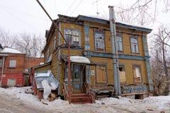 Nizhny Novgorod, Rusland - 24 maart 2017 Woon houten two-storey huis op de straat Gruzinskaya 3B Stock Fotografie