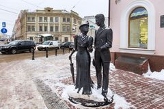NIZHNY NOVGOROD, RUSLAND - NOVEMBER 07, 2016: Beeldhouwwerk` Edel paar ` op de straat van Bolshaya Pokrovskaya royalty-vrije stock fotografie