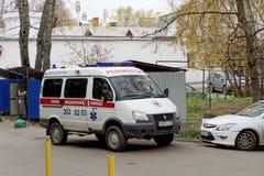 Nizhny Novgorod, Rusland - 20 oktober 2017 Een ziekenwagen kwam aan de uitdaging en bevond zich in de binnenplaats van één van de stock fotografie