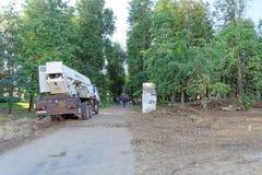 Nizhny Novgorod, Rusland - 21 september 2018 Maatregelen van de gemeentelijke diensten van de stad bij het snijden en het ontwort royalty-vrije stock foto's