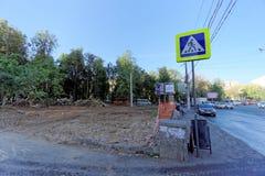 Nizhny Novgorod, Rusland - 21 september 2018 Maatregelen van de gemeentelijke diensten van de stad bij het snijden en het ontwort stock afbeeldingen
