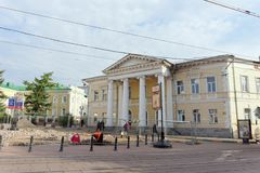 Nizhny Novgorod, Rusland - 12 september 2017 Op de belangrijkste voetstraat van Nizhny herstelt Novgorod de bestrating Stock Foto