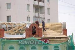 Nizhny Novgorod, Rusland - 28 september 2017 Wederopbouw van het dak van het huis langs Ilinskaya-Straat 41 Royalty-vrije Stock Afbeeldingen