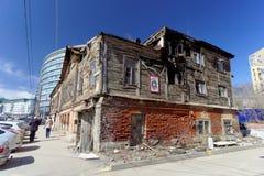 Nizhny Novgorod russia - April 07 2016 Abandoned brände ett trätvå-våning hus på gatan Kovalikhinskaya 10 Royaltyfri Fotografi